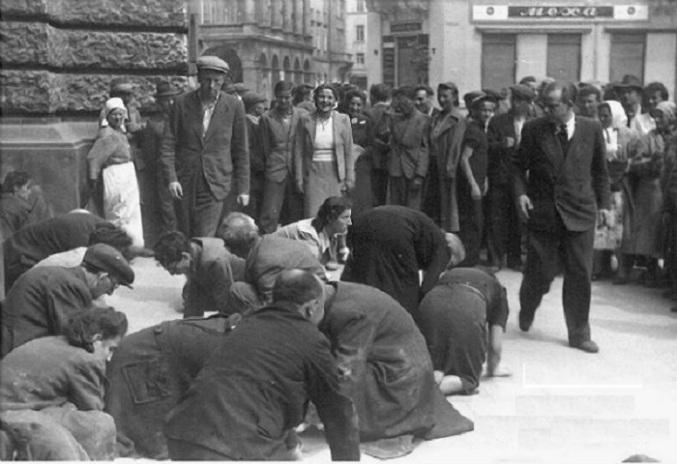 Жители оккупированного немцами Львова издеваются над евреями
