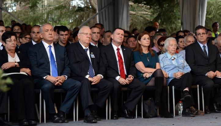 Слева направо: глава Верховного суда Израиля Мирьям Наор, премьер-министр Биньямин Нетаниягу, президент Реувен Ривлин, спикер Кнессета Юлий Эдельштейн, дочь Ицхака Рабина Далия, его сестра Рахель и сын Юваль.