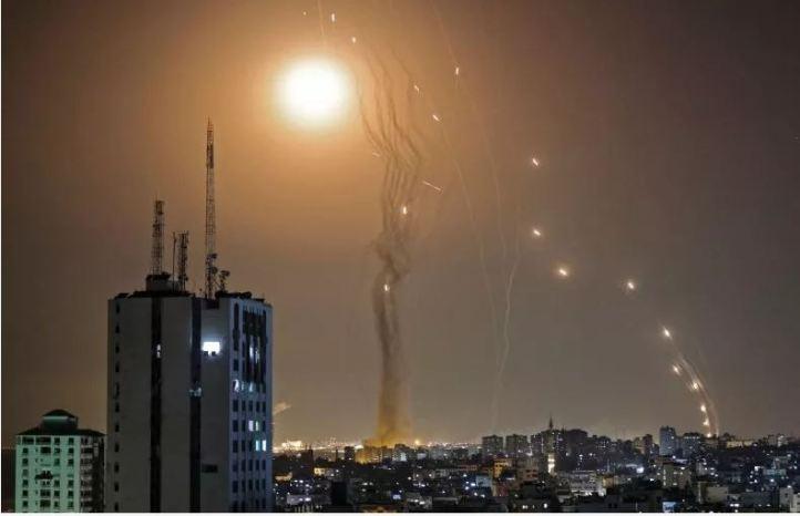 «Железный купол» сбивает газаватские ракеты в небе Израиля