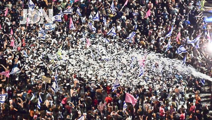 Тычячи левых в Тель Авиве празднуют утверждение правтельства Лапида-Беннета